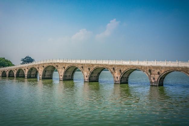 Stary most w chińskim parku