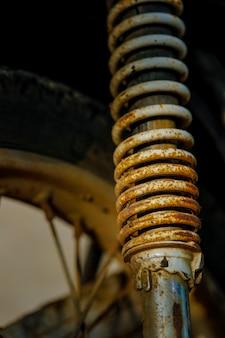 Stary motocykl metalowy wstrząs