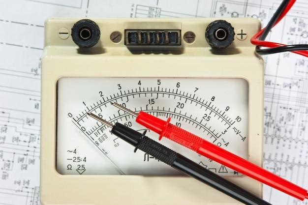 Stary multimetr na schemacie połączeń