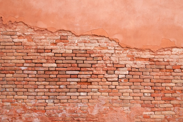 Stary mur ceglany i abstrakcyjny wzór sztukaterii