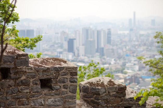 Stary mur i nowoczesne miasto w tle, seul; korea