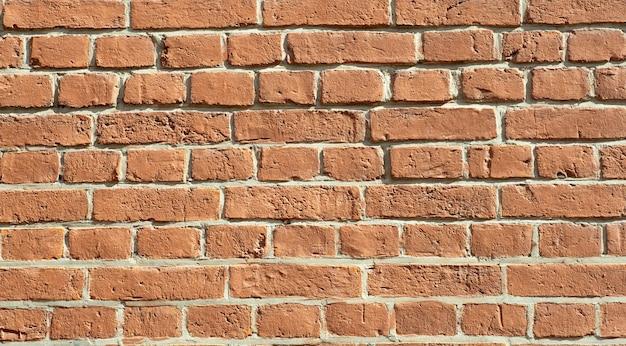 Stary mur z cegły. cegła ze starej cegły w stylu rustykalnym. struktura i wzór zniszczonego kamiennego muru. skopiuj miejsce.