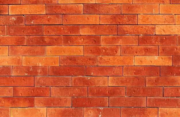 Stary mur z cegły na ulicach miejskich