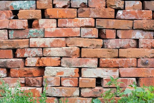 Stary mur z cegły szorstki z teksturą poziomą. tło wykonane jest z ceglanego muru. tapeta z kamienną ścianą. ściana w stylu retro grunge. mur z cegły z czerwonej i starej cegły