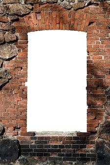 Stary mur z czerwonej cegły z otworem na białym tle na białym tle w środku. zdjęcie wysokiej jakości