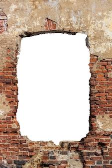 Stary mur z czerwonej cegły z otworem w środku. na białym tle. rama pionowa. zdjęcie wysokiej jakości