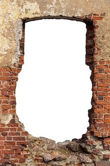 Stary mur z czerwonej cegły z otworem w środku. na białym tle. zdjęcie wysokiej jakości
