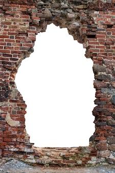 Stary mur z otworem z czerwonej cegły pośrodku. na białym tle. rama pionowa. rama grunge. zdjęcie wysokiej jakości
