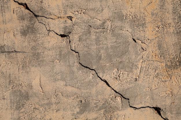 Stary mur z pęknięciem