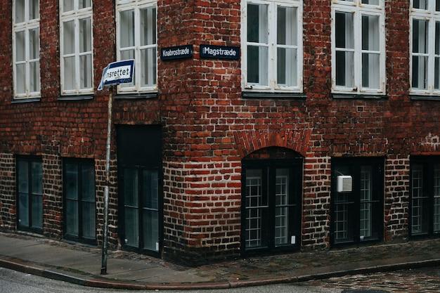 Stary narożnik budynku na brukowanej ulicy