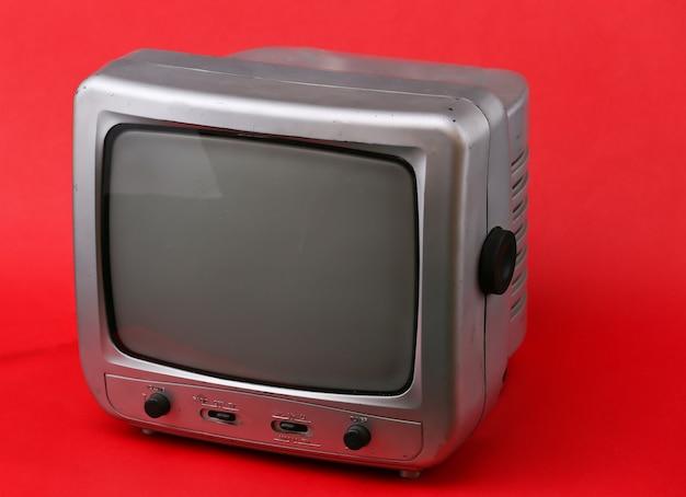 Stary odbiornik telewizyjny na czerwono.