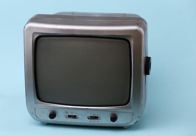 Stary odbiornik telewizyjny na niebiesko.