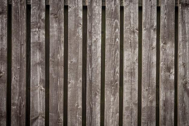 Stary odrapany naturalny szary drewniany płot tło z kopią miejsca na tekst