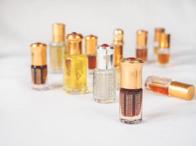 Stary olej z drzewa agarowego. arabskie skoncentrowane perfumy.
