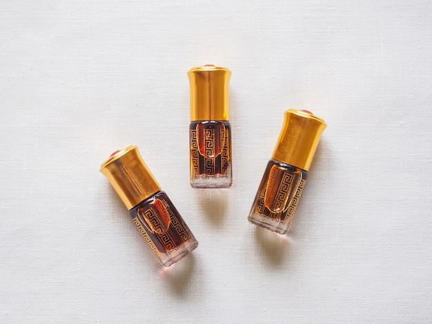 Stary olej z drzewa agarowego. indyjskie skoncentrowane perfumy.