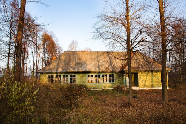 Stary opuszczony dom drewniany. białoruś