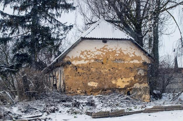 Stary opuszczony dom na wsi w zimie