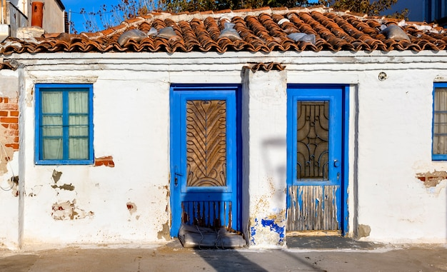 Stary opuszczony dom z niebieskimi drzwiami w siviri, halkidiki, grecja