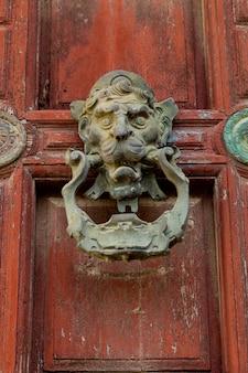 Stary ozdobny ornament doorknocker