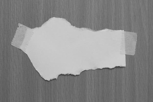 Stary papier rozdarty na szarym tle z miejsca kopiowania tekstu