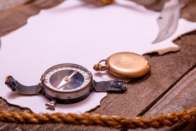 Stary papier z kompasem, nożem i arkaną na rocznika drewnianym stole. widok z góry pustej przestrzeni na tekst.
