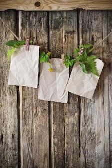 Stary papier z roślinami na drewnianym tle
