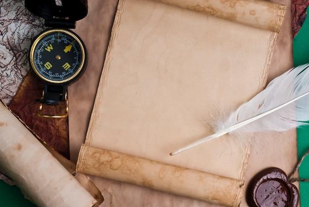 Stary papier z woskową pieczęcią i piórkiem