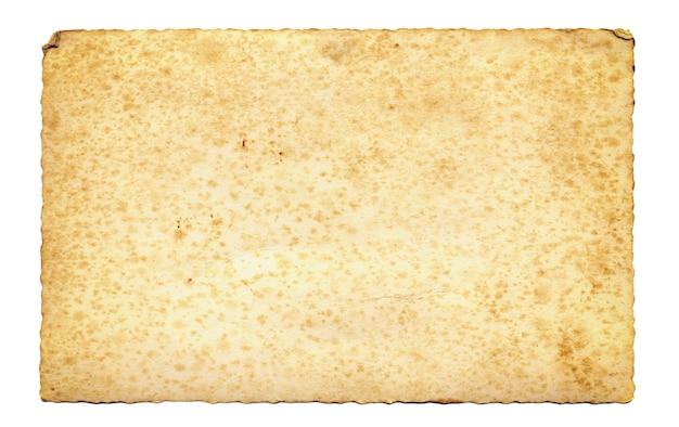 Stary pergamin z postrzępionymi krawędziami na białym tle.