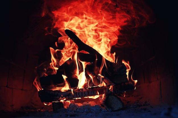 Stary piekarnik z płomieniem ognia