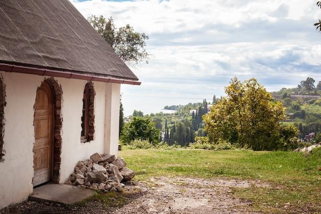 Stary piękny dom z widokiem na góry w abchazji