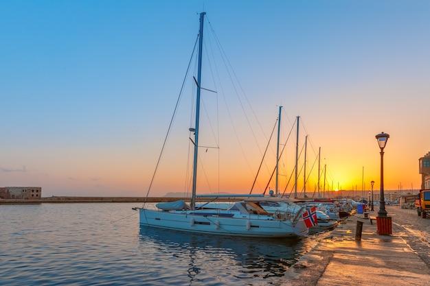 Stary port o zachodzie słońca, chania, kreta, grecja