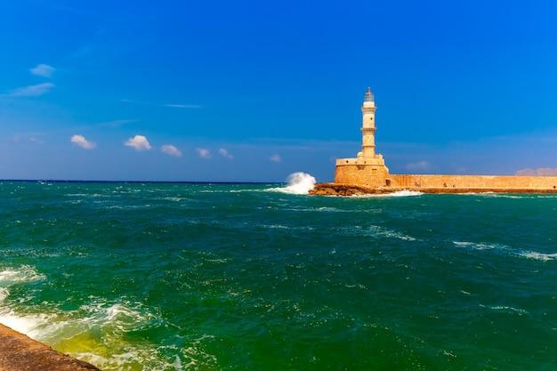 Stary port z latarnią morską, chania, kreta, grecja