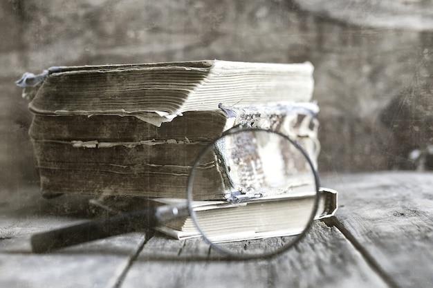 Stary porysowany efekt na lupie fotograficznej i starej książce
