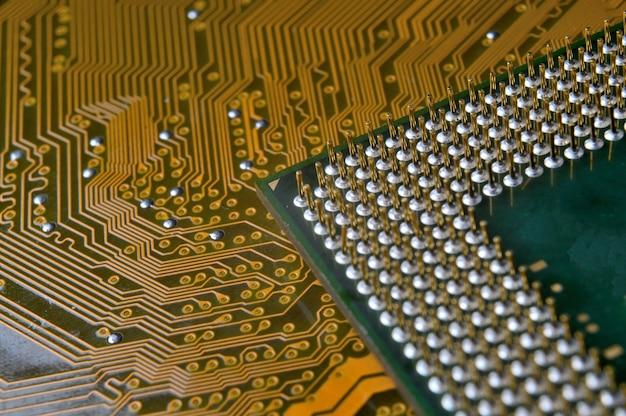 Stary procesor komputerowy z pozłacanymi nogami, mikroukładami, zdjęciem supermakro