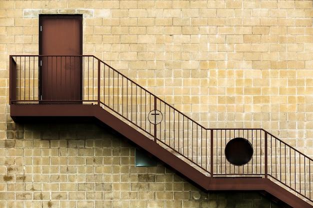 Stary projekt architektoniczny z drewnianymi schodami