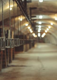 Stary przenośnik taśmowy w fabryce wina musującego