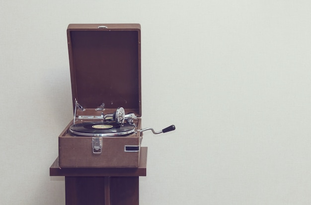 Stary przenośny gramofon