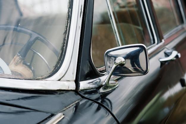 Stary radziecki retro starodawny samochód na świeżym powietrzu. rząd auto z czasów sowieckich.