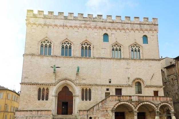 Stary ratusz w perugii pałac palazzo dei priori, umbria, włochy