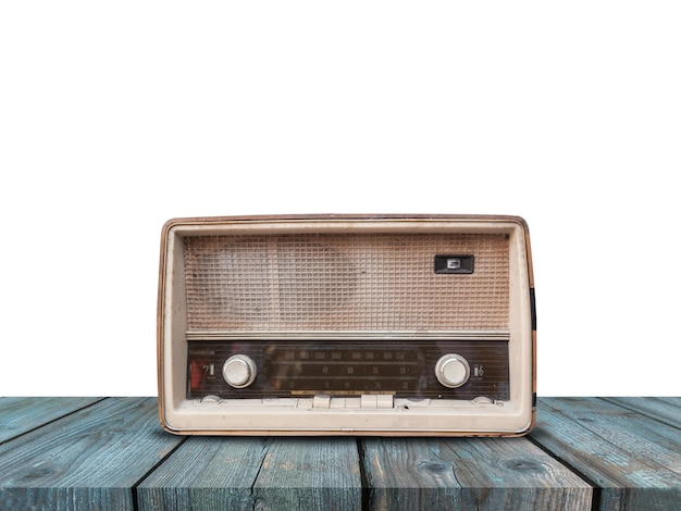 Stary retro radio na błękitnym drewnianym stole na bielu