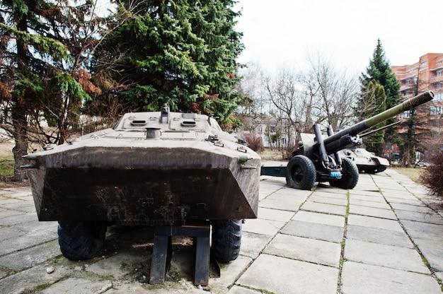 Stary rocznik bojowy piechoty wojskowej pojazd z haubicą i czołgiem.