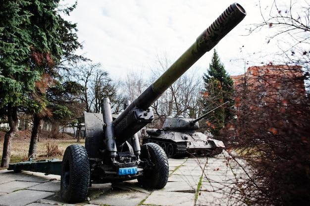 Stary rocznik militarny granatnik przy miasto piedestałem.