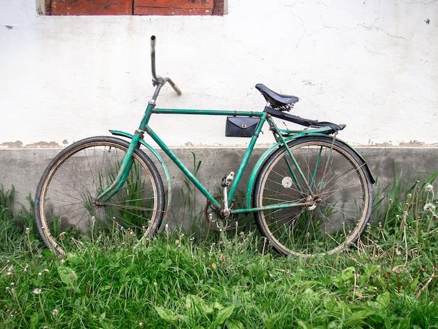 Stary rower na tle ściany.