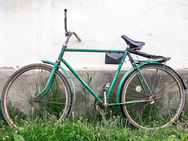 Stary rower na tle ściany