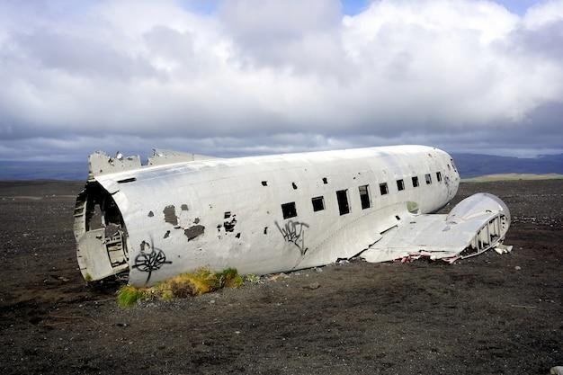 Stary rozbity samolot wojskowy na plaży solheimasandur black beach na islandii.