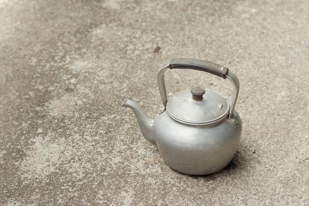Stary rustykalny czajnik aluminiowy