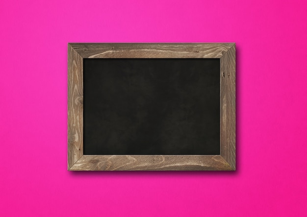 Stary rustykalny czarny deska na białym tle na różowym tle. pusty poziomy makieta szablon