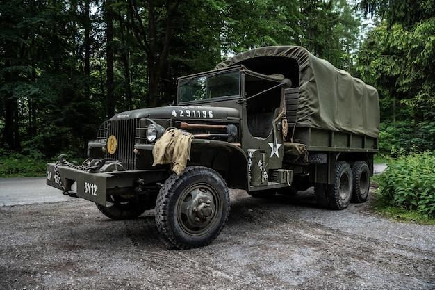 Stary samochód armii amerykańskiej w lesie