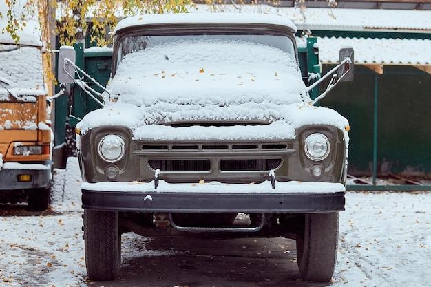 Stary samochód ciężarowy zaparkowany na ulicy w zimowy dzień, widok z tyłu. makieta do naklejek lub kalkomanii