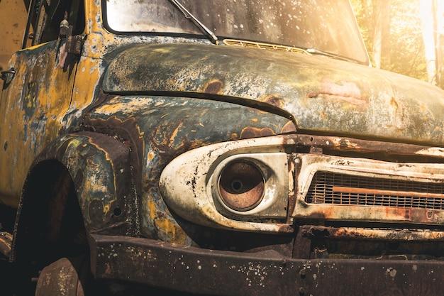 Stary samochód starożytne ruiny